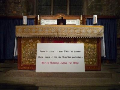 """""""Jésus est grand mais Hitler est plus grand encore. Car Jésus est mort pour les hommes alors que les hommes meurent pour Hitler."""" Un des slogans les plus provocateurs, conçu par Suzanne Malherbe et inscrit sur une pancarte déposée dans l'église de Saint-Brelade."""