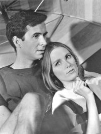 anthony-perkins-et-charmian-carr