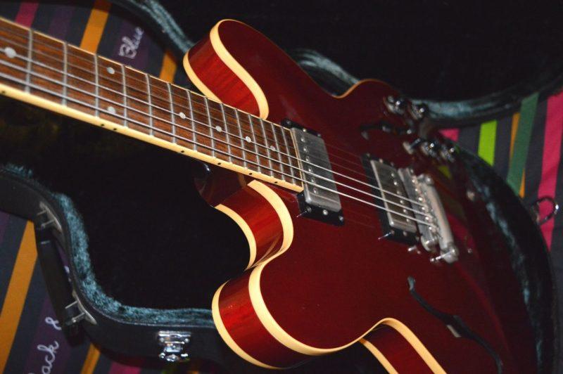 Gibson, mythique fabricant de guitares, se débat contre la faillite