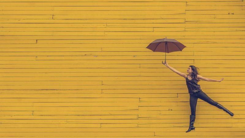 femme parapluie jaune saut émergence jeunesse