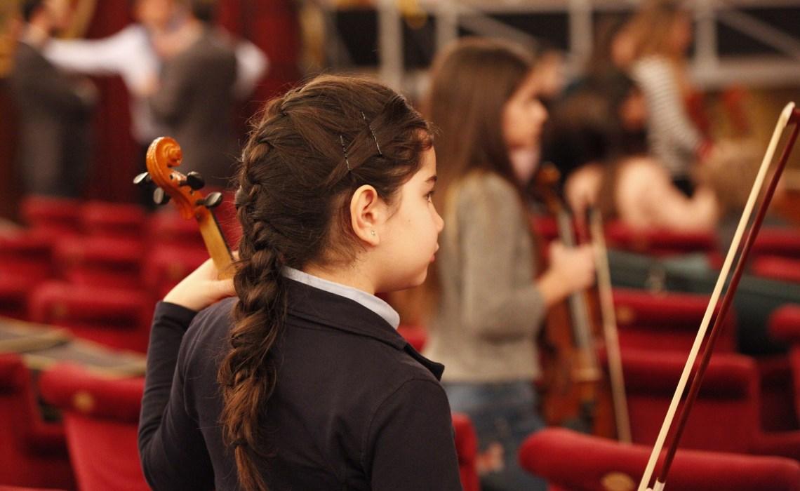 La carica dei cento bambini nel cuore del Teatro Massimo