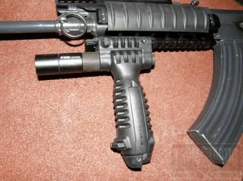 Taktická rukoväť s integrovanou dvojnožkou a baterkou