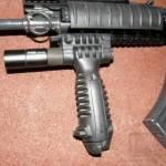 Taktická rukoväť s integrovanou dvojnožkou a baterkou 4