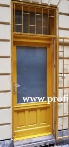 Festett műemlék fa bejárati ajtó