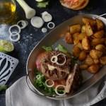 Hamburger ripieno al formaggio – con patate novelle alla paprica