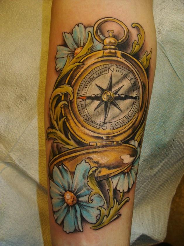Tatuaggio bussola e fiori