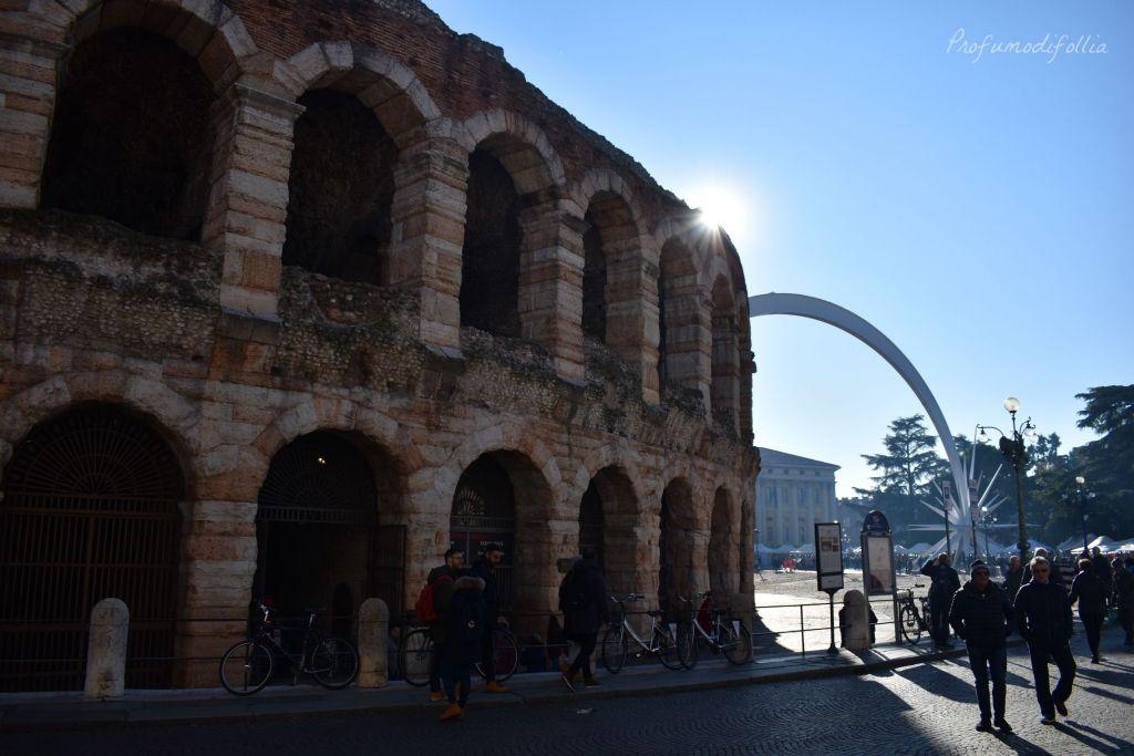 Verona in un giorno a Natale - l'Arena di Verona e la stella cometa in fondo