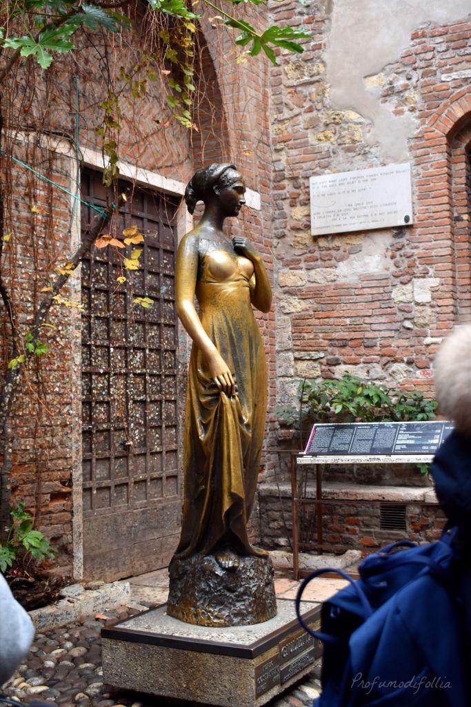 Verona in un giorno a Natale - la statua di Giulietta Capuleti