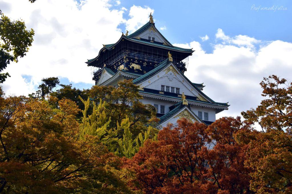 Castello di Osaka tra gli alberi dai colori autunnali [Una settimana in Giappone: Osaka]