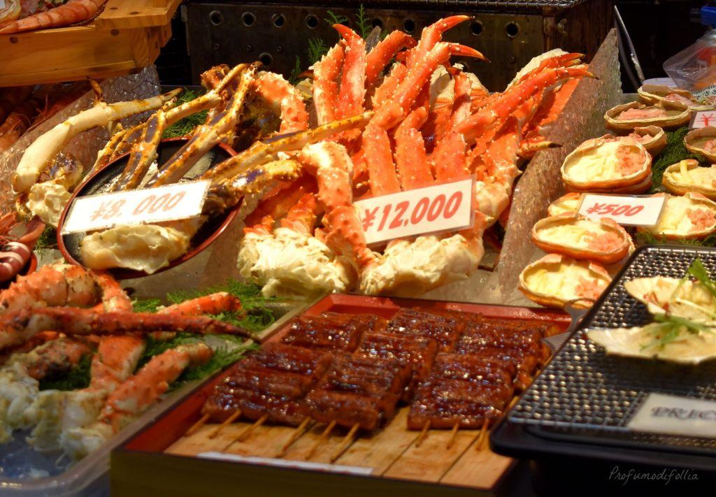 Prezzi del pesce in vendita al Kuromon Market di Osaka [Una settimana in Giappone: Osaka]