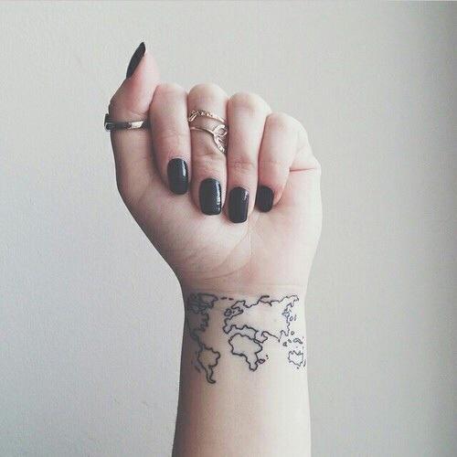 Tatuaggio mappa del mondo sul polso