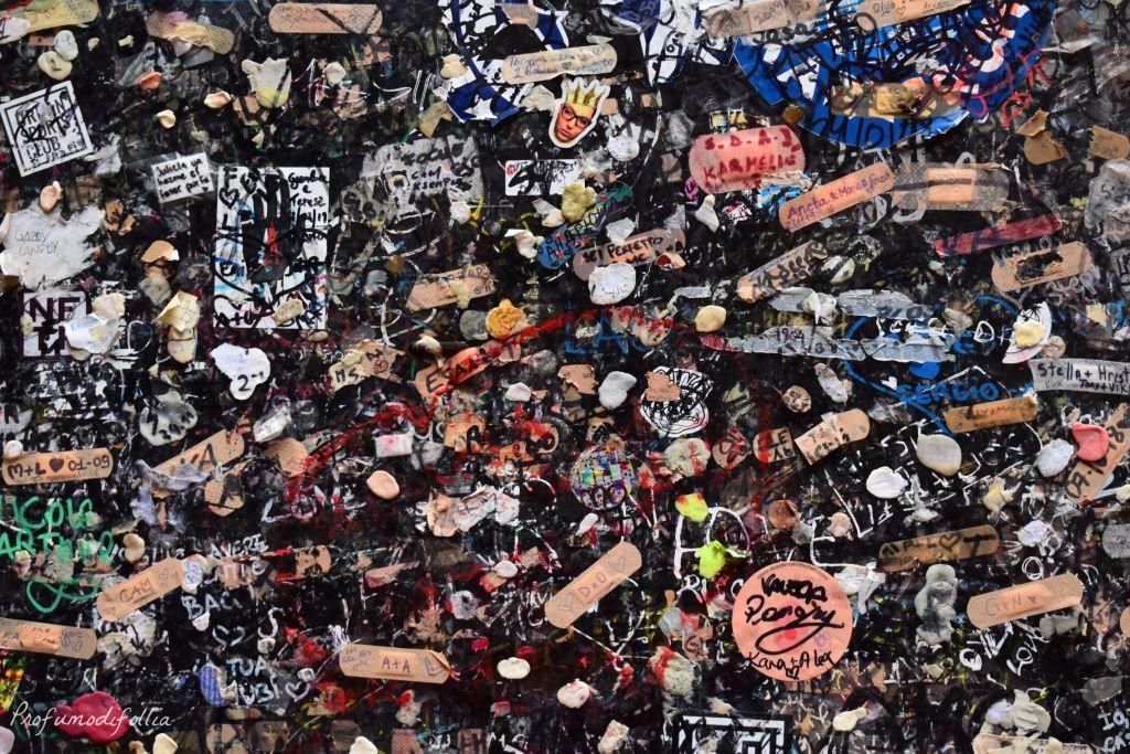 Visitare Verona in un giorno a Natale - muro pieno di chewingum, cerotti e scritte