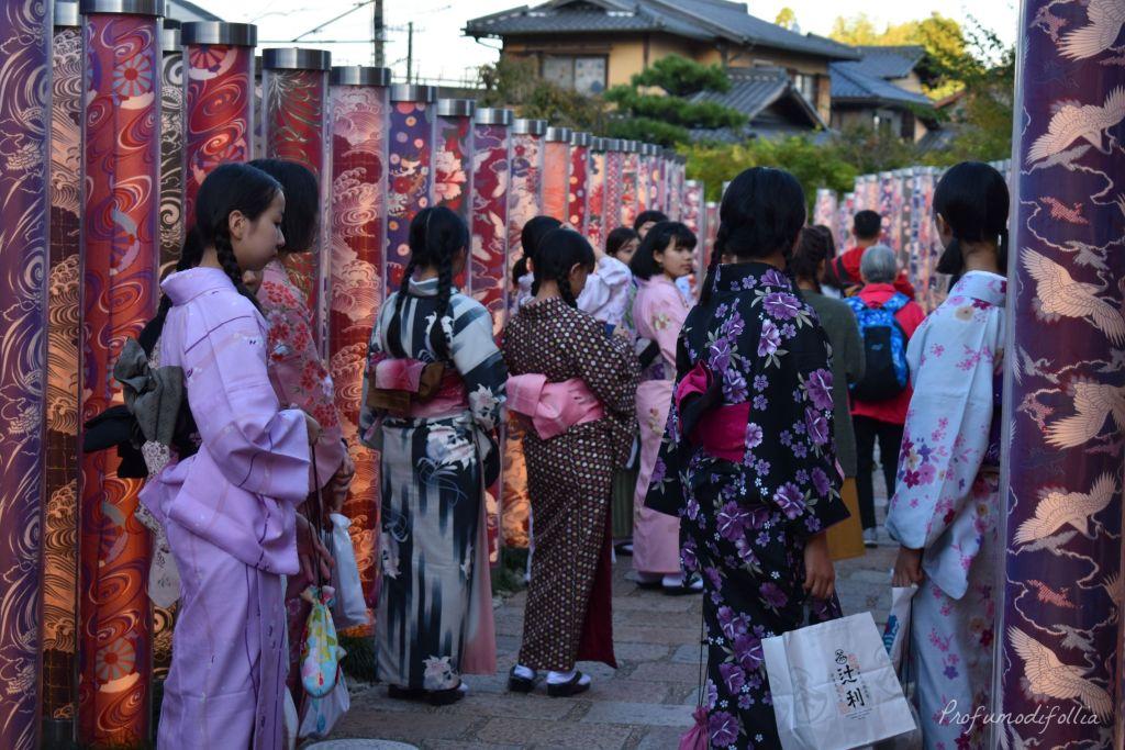 Visita ad Arashiyama: ragazze in kimono di spalle nella Kimono Forest