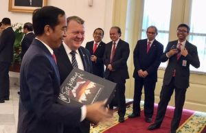 "Danish Prime Minister Gifted Indonesia's President ""Master of Puppets"" Box Set"