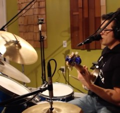 """Watch This Guy Covering RUSH's """"Tom Sawyer"""" on Guitar, Drums & Vocalls at Once"""