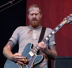 """That Time When MASTODON's BRENT HINDS Told AC/DC's ANGUS YOUNG to """"F*ck Off"""""""