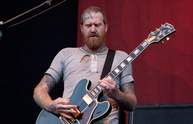 "That Time When MASTODON's BRENT HINDS Told AC/DC's ANGUS YOUNG to ""F*ck Off"""