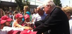 Il cardinale mentre saluta i bambini Bielorussi