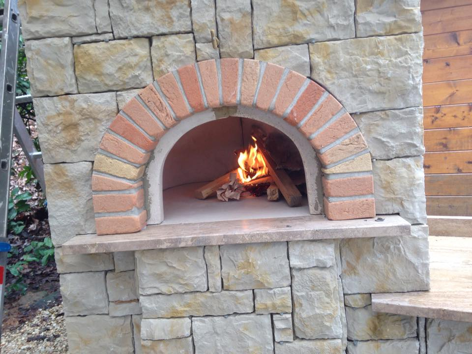 Bbq su misura con cucina esterna forno pizza e doppio for Arco in mattoni a vista