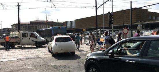 Pedoni allo sbando tra i cantieri di piazza della Stazione a Firenze.