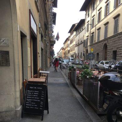 Dehors su strada e marciapiede in via della Scala