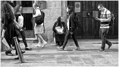 Richiamati dalla moltitudine di turisti i più poveri si accoccolano nelle strade di Firenze alla ricerca di un elemosina.