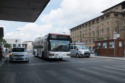 A causa delle auto parcheggiate, l'autobus deve invadere la carreggiata opposta. La foto è del 10 agosto 2018