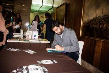 Marc Masip signant el seu llibre Desconecta