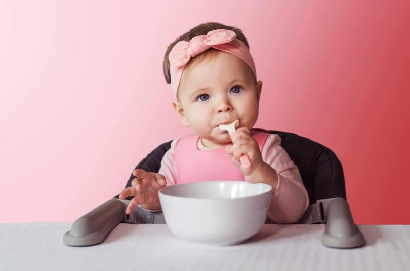 S'assurer que son enfant mange assez quand il commence à manger seul