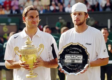 En 2004 à Wimbledon, Federer bat Andy Roddick 4/6 7/5 7/6 6/4