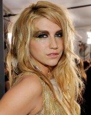 kesha's long wavy layered hairstyle