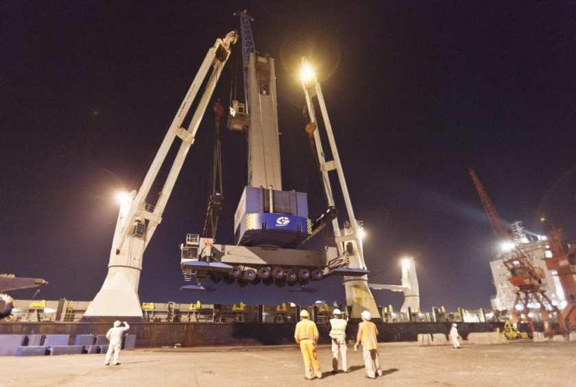 Loading a 520 ton crane