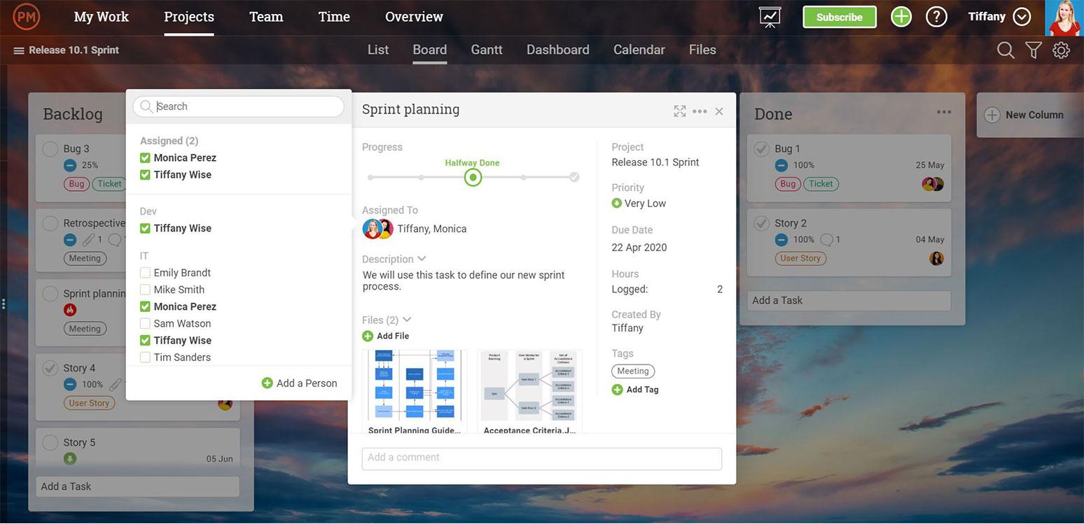 Una captura de pantalla de una tarea en ProjectManager.com, con los asignados, el progreso de la tarea, una descripción y una lista de tareas, entre otras estadísticas clave .