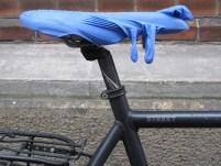 Kapotte fiets zadel (Foto: Flickr/Lisa Risager)