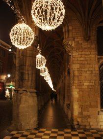 Kerstverlichting aan het stadhuis in Mechelen