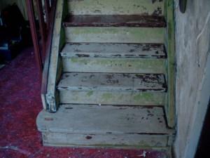Teppich und Klebereste von der Treppe runter
