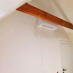 zamontowany klimatyzator w pokoju na poddaszu