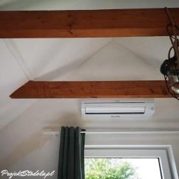 zamontowany klimatyzator w większym pokoju na poddaszu