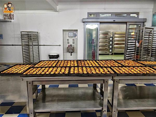 No interior da fábrica é possível ver um pouco a produção dos doces mais famosos da casa