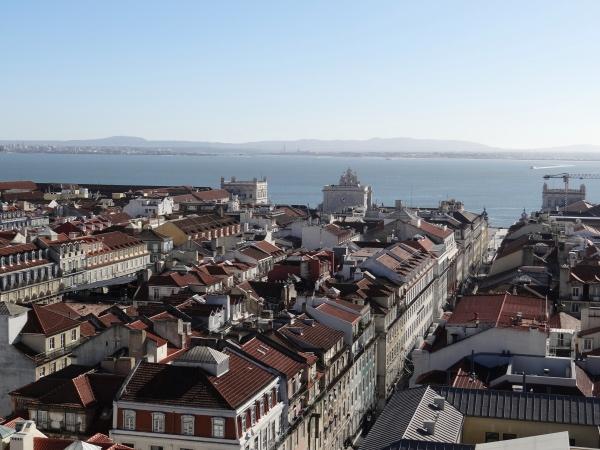 Lisboa vista do alto e o rio Tejo que embeleza a cidade - vista do alto do Elevador de Santa Justa
