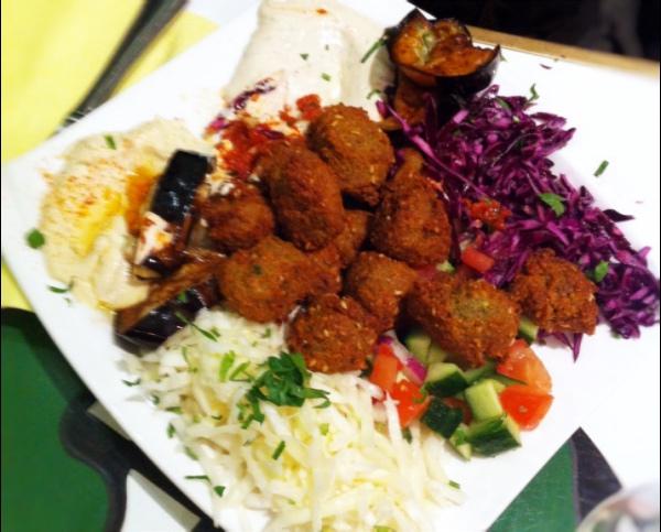 O fallafel vegetariano completo no prato