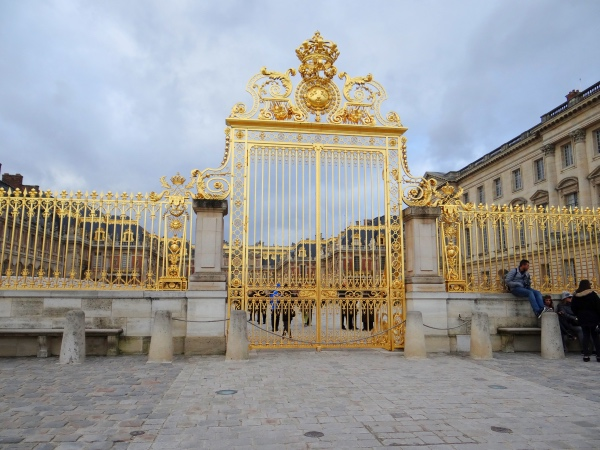 Um dos portões de entrada do Palácio
