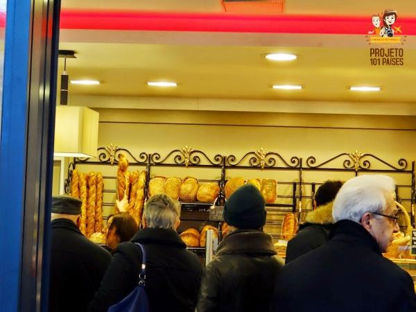 Fila para comprar a melhor baguete de Paris