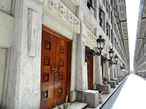 Há portas nos dois lados do corredor onde podemos percorrer e ver informações sobre vários países do mundo