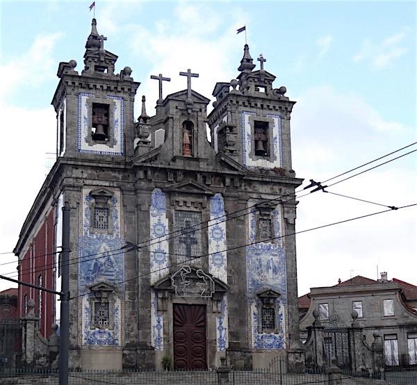 A Igreja de Santo Ildefonso fica em uma praça bem em frente ao hotel onde nos hospedamos