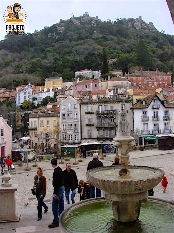 Da entrada do Palácio Nacional de Sintra temos a vista das casinhas do local e das muralhas o Castelo dos Mouros