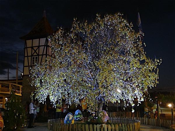 Árvore de Páscoa na Vila de Páscoa Blumenau