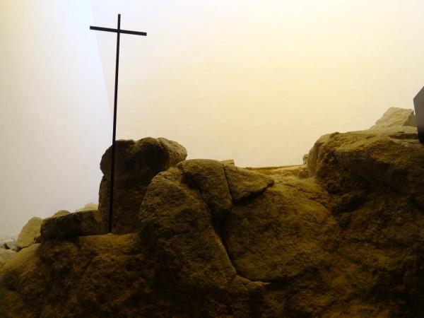 A pedra com a cruz encravada, que representa o local onde está sepultado o fundador do Colégio