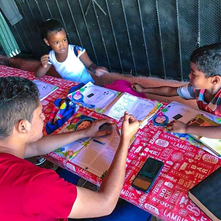 Uma aula incrível sobre a vida de José. Cada um tentou fazer uma túnica colorida!