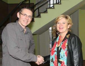 Een warme handdruk als bekrachtiging van de overname door Trudy Kwik (r) en Frank van Leeuwen (l)